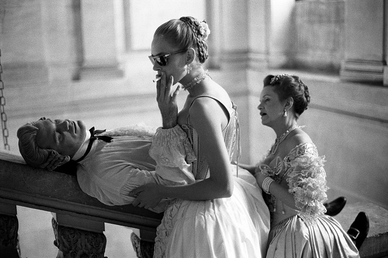 JOHN MALKOVICH UMA THURMAN AND SWOOSIE KURTZ PHOTOGRAPHY BRIGITTE LACOMBE DANGEROUS LIASONS CHATEAU DE MAISON LAFFITTE FRANCE 1988